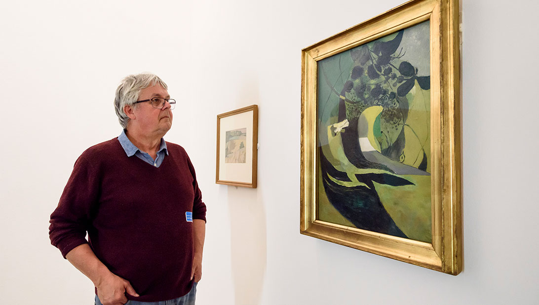 Ken Simons observes Graham Sutherland's Entrance to a Lane 1939 © Tate Liverpool, Roger Sinek